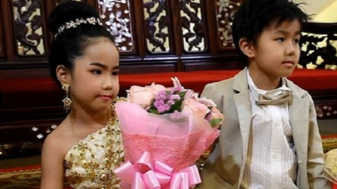 Anak kecil dinikahkan orangtuanya.