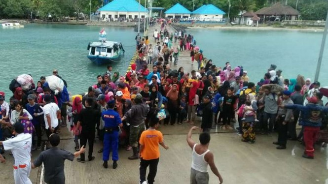 Polisi dan aparat pemerintah mengevakuasi 1.350 warga terdampak bencana tsunami di Pulau Sebesi dan Pulau Sebuku, Kabupaten Lampung Selatan, Lampung, Rabu, 26 Desember 2018.