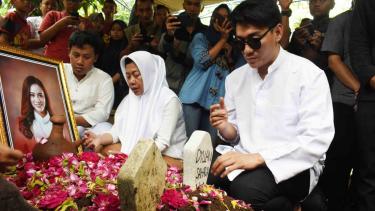 Vokalis band Seventeen, Riefian Fajarsyah alias Ifan (kanan) berdoa di makam istrinya Dylan Sahara seusai pemakaman di Tempat Pemakaman Umum Tamanarum, Kabupaten Ponorogo, Jawa Timur, Selasa, 25 Desember 2018.