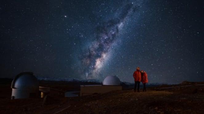 Pemandangan langit di Danau Tekapo, Selandia Baru.