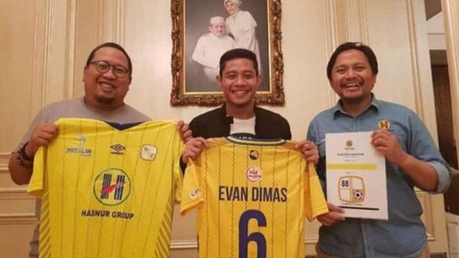 Barito Putera resmi mendatangkan Evan Dimas (tengah)