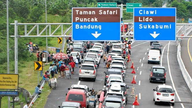 Antrean kendaraan memadati pintu keluar gerbang tol Ciawi menuju jalur Puncak, Kabupaten Bogor, Jawa Barat, Selasa, 25 Desember 2018.
