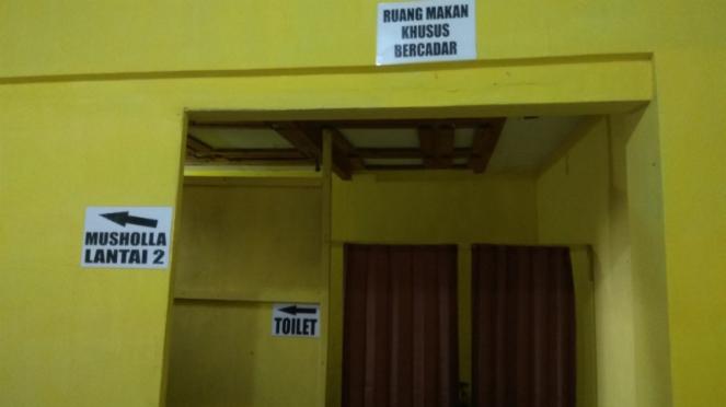 Ruang makan khusus wanita bercadar di Bakso Priangan Mang Yayat di Malang.