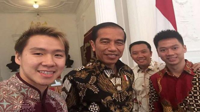 Kevin Sanjaya Sukamuljo/Marcus Fernaldi Gideon bersam Presiden Joko Widodo.