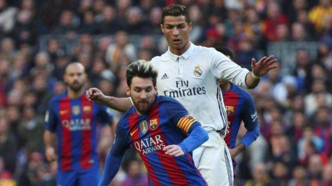 Lionel Messi (depan) dan Cristiano Ronaldo (belakang)