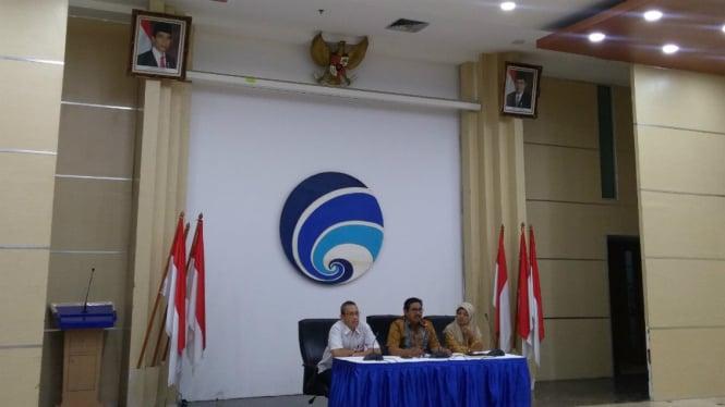 Dirjen SDPPI Kementerian Kominfo, Ismail (tengah) saat konferensi pers.