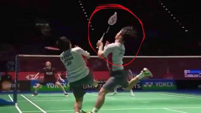 Yuta Watanabe dan Endo tabrakan, raketnya patah.