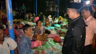Wakil Gubernur Sumatera Barat Nasrul Abit di tenda pengungsi tsunami