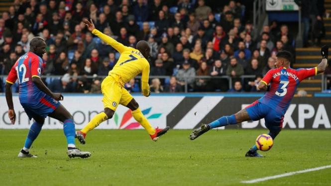 Gelandang Chelsea, N'Golo Kante cetak gol ke gawang Crystal Palace