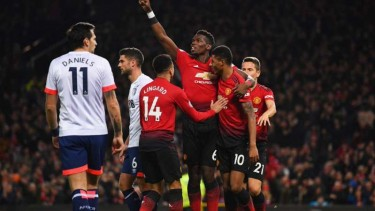Pemain Manchester United rayakan gol Paul Pogba.
