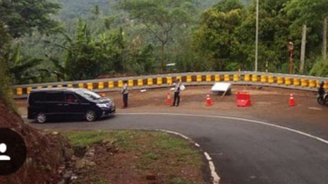 Pemasangan road roller barrier di Cikidang, Jawa Barat