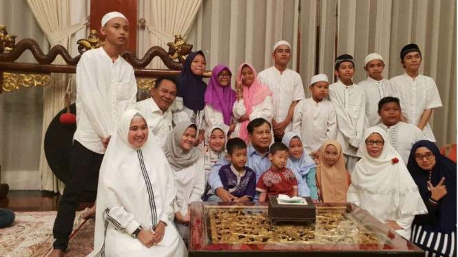 Prabowo Subianto besama anak yatim menggelar doa bersama tahun baru 2019.