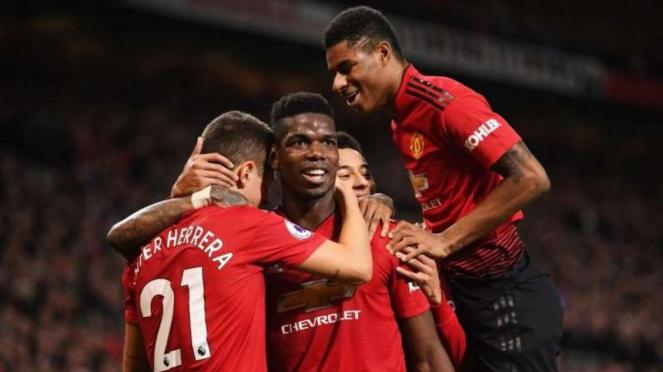 Para pemain Manchester United merayakan gol Paul Pogba (tengah)