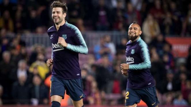 Dua pemain Barcelona, Gerard Pique (kiri) dan Arturo Vidal (kanan)