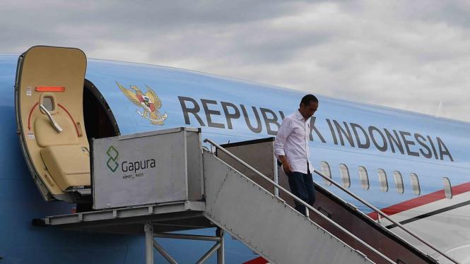 Presiden Joko Widodo turun dari Pesawat Kepresidenan setibanya di Bandara Raden Inten II Lampung, Rabu, 2 Januari 2019.