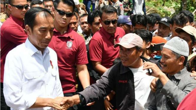 Presiden Jokowi menyapa warga korban tsunami di Desa Way Muli, Lampung.