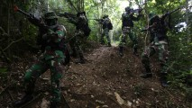 https://thumb.viva.co.id/media/frontend/thumbs3/2019/01/02/5c2c733b14262-latihan-pertempuran-hutan-prajurit-raider_213_120.jpg
