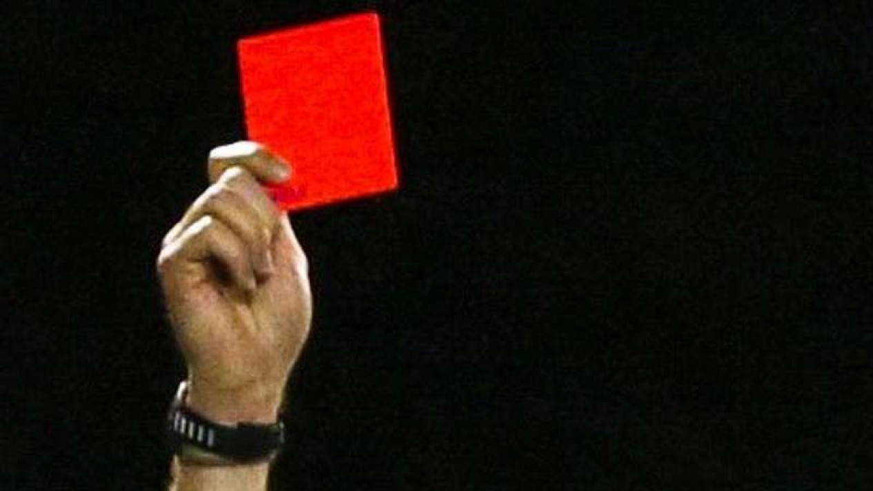 Ilustrasi wasit sepakbola saat mengeluarkan kartu merah.