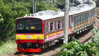 Rangkaian KRL Commuter Line melintas dikawasan Bintaro, Tangerang Selatan, Banten