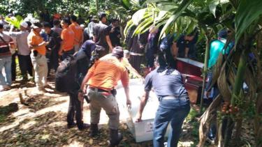Aparat dan masyarakat memakamkan lima jenazah tak teridentifikasi korban tsunami di permakaman umum Kabupaten Pandeglang, Banten, pada Jumat, 4 Januari 2019.