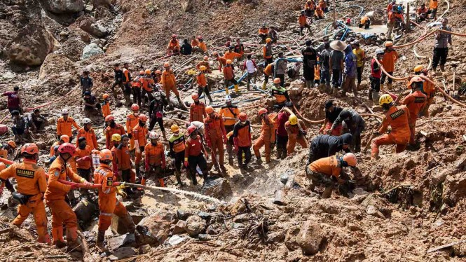 Ratusan petugas SAR gabungan melakukan penggemburan tanah saat pencarian korban bencana tanah longsor di kampung Cimapag, Desa Sirnaresmi, Kecamatan Cisolok, Kabupaten Sukabumi, Jawa Barat, Jumat, 4 Januari 2019.