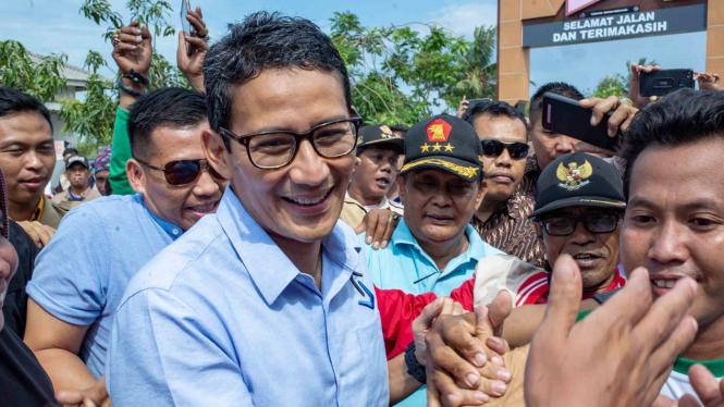 Calon Wakil Presiden nomor urut 02, Sandiaga Uno (tengah)