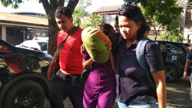 Artis VA dan AV terlibat kasus prostitusi online dibawa ke Markas Polda Jatim