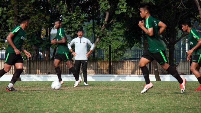 Pelatih Timnas Indonesia U-22 Indra Sjafri (tengah) memberikan intruksi kepada para pemain Timnas Indonesia U-22 saat latihan di Lapangan ABC, Komplek SUGBK, Senayan, Jakarta, Senin, 7 Januari 2019.