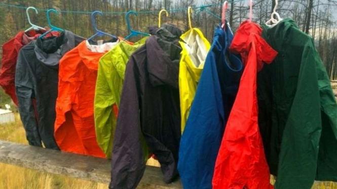 Ilustrasi menjemur jas hujan