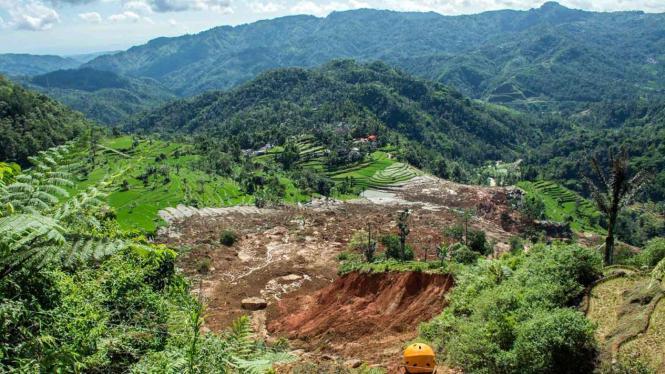 Petugas memantau lokasi tanah yang longsor di Desa Sirnaresmi, Cisolok, Kabupaten Sukabumi, Jawa Barat