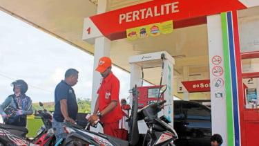 Petugas SPBU melayani masyarakat dengan mengisi BBM jenis Pertalite di Kota Sorong, Papua Barat