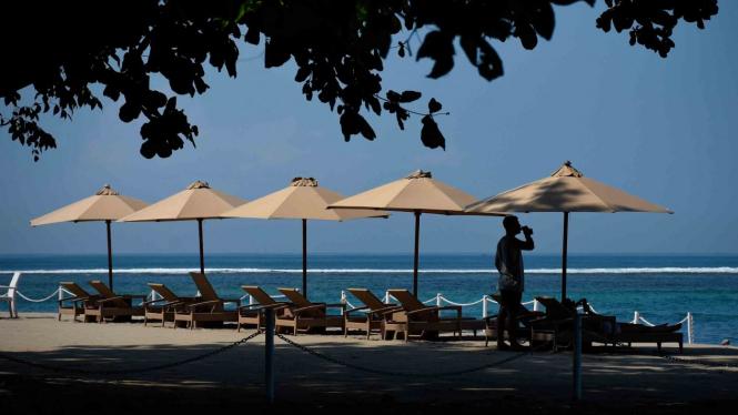 Wisatawan asing mengunjungi kawasan wisata pantai Senggigi, Lombok Barat, NTB