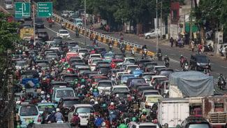 https://thumb.viva.co.id/media/frontend/thumbs3/2019/01/07/5c330546bdb60-kendaraan-bermotor-terjebak-kemacetan-di-jalan-kh-abdullah-syafei-jakarta-sen_325_183.jpg