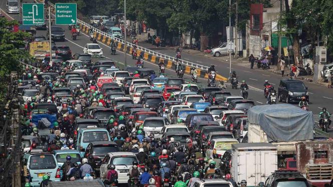 Kendaraan bermotor terjebak kemacetan di Jalan KH. Abdullah Syafei, Jakarta