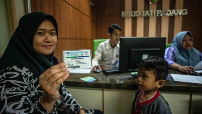 Calon pasien menunjukkan kartu BPJS Kesehatan