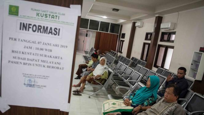 (ILUSTRASI) Sejumlah pasien menunggu antrian pendaftaran di Rumah Sakit Umum Islam (RSUI) Kustati, Solo, Jawa Tengah