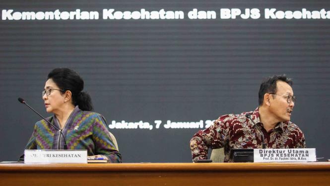 Menteri Kesehatan Nila Moeloek (kiri) bersama Dirut BPJS Kesehatan Fachmi Idris (kanan) bersiap menyampaikan keterangan pers di kantor Kementerian Kesehatan, Jakarta