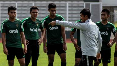 Pelatih Timnas Indonesia U-22 Indra Sjafri (kedua kanan) memberikan intruksi kepada pemain saat sesi latihan di Lapangan Madya, Komplek SUGBK, Senayan, Jakarta, Selasa, 8 Januari 2019.