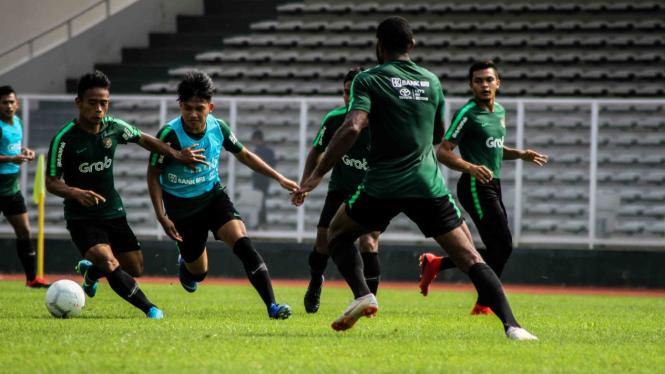 Pemain Timnas Indonesia U-22 mengikuti sesi latihan di Lapangan Madya, Komplek SUGBK, Senayan, Jakarta, Selasa, 8 Januari 2019.
