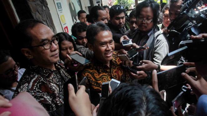 Rektor Universitas Gajah Mada (UGM) Panut Mulyono (kedua kiri) menjawab pertanyaan wartawan usai memenuhi panggilan Ombudsman Republik Indonesia (ORI) Perwakilan DI Yogyakarta, di Yogyakarta