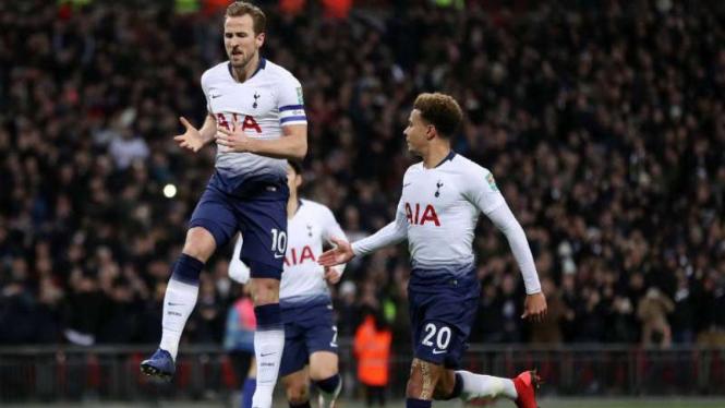Para pemain Tottenham Hotspur rayakan gol Harry Kane.