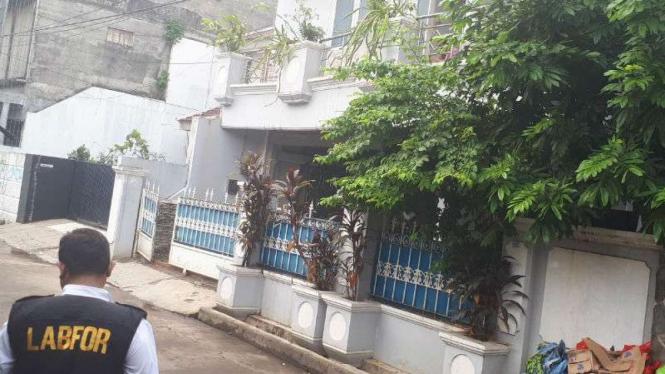 Rumah Ketua KPK Agus Rahardjo diteror benda diduga bom di Bekasi, Jawa Barat.