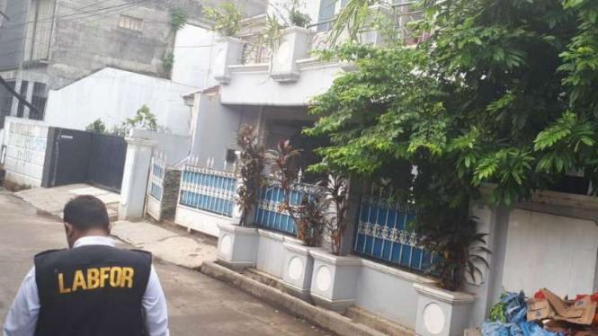 Petugas Puslabfor Mabes Polri berada di rumah Ketua KPK Agus Rahardjo