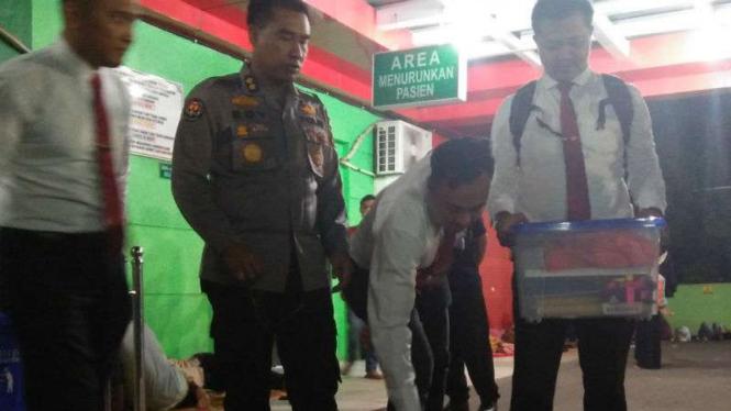 Polisi menyita sejumlah dokumen dan jerigen cairan formalin setelah tujuh jam menggeledah RSUD dr Dradjat Prawiranegara di Serang, Banten, pada Rabu, 9 Januari 2019.