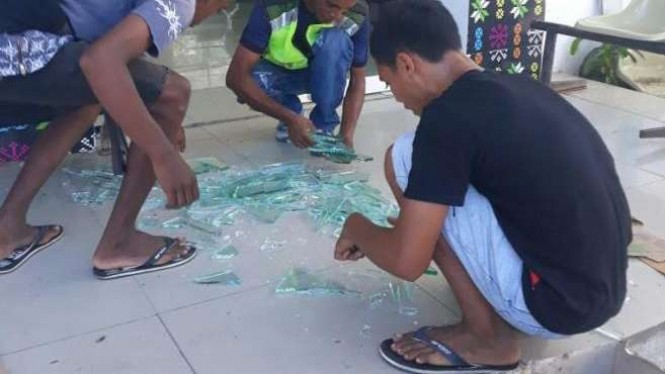Kaca Terminal Pelabuhan Labuan Bajo pecah.