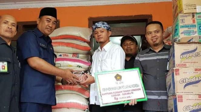 petugas haji bantu korban longsor SUkabumi