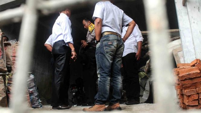 Polisi memeriksa area temuan benda diduga mirip bom di rumah pribadi Ketua KPK Agus Rahardjo di Perumahan Graha Indah, Bekasi, Jawa Barat