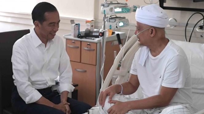 Presiden Joko Widodo (kiri) berbincang dengan Ustad Arifin Ilham yang sempat dirawat di Paviliun Kencana RSCM Jakarta