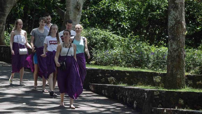 Sejumlah wisatawan mancanegara mengunjungi objek wisata kawasan luar Pura Uluwatu, Badung, Bali