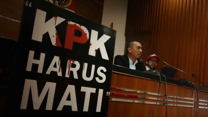 Ketua Wadah Pegawai KPK Yudi Purnomo (kiri) didampingi Penasihat organisasi, Yudhi (kanan) memberikan pernyataan sikap mereka atas aksi teror terhadap dua pimpinan KPK di Gedung KPK, Jakarta.